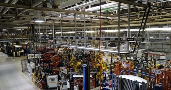 Grupa 124 pracowników z fabryki Opla Astra w Gliwicach będzie oddelegowana do pracy w zakładach Grupy PSA (Peugeot Société Anonyme) we Francji - podały francuskie media. Początkowo planowano wysłanie do zakładów w Hordain 531 Polaków. W sobotę agencja AFP podała, powołując się na informację z ministerstwa gospodarki i finansów, że szef PSA Carlos Tavares jest gotów wycofać się ze swojej decyzji sprowadzania pracowników z Polski pod naciskiem rządu i związków zawodowych.
