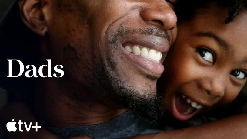 """19 czerwca na platformę streamingową Apple TV+ trafi wyreżyserowany przez Bryce Dallas Howard film dokumentalny """"Dads"""". Wśród pojawiających się w nim znanych tatusiów zobaczymy m.in. Willa Smitha, Jimmy'ego Fallona oraz Neila Patricka Harrisa. Nie zabraknie też wypowiedzi ojca autorki filmu, znanego reżysera Rona Howarda."""