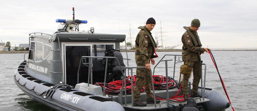 Około godziny 8 rozpoczęła się neutralizacja niemieckiej miny morskiej typu GC, którą w marcu znaleziono w pobliżu portu w Gdyni. Doszło do tego podczas kontrolnych pomiarów hydrograficznych podejścia do Basenu Żeglarskiego. Akcja zakończyła się ok. 12:30. Jak informuje dziennikarz RMF FM, doszło do przedwczesnej detonacji podczas próby wypalenia ładunku wybuchowego. Wszystko było jednak pod kontrolą.
