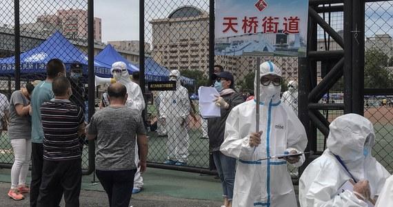Po wykryciu w Pekinie pierwszego ogniska koronawirusa od ponad 50 dni władze zawiesiły we wtorek część transportu pasażerskiego i zakazały opuszczania miasta osobom z grupy wysokiego ryzyka, by nie dopuścić do ponownego rozprzestrzenienia się patogenu w kraju.