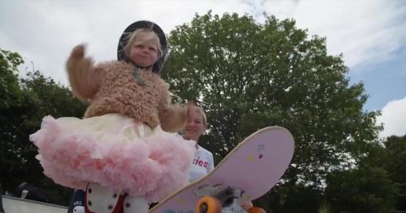 Autumn California Bailey  z Brighton ma zaledwie trzy lata, a już świetnie jeździ na deskorolce. Dziewczynka podbiła serca Brytyjczyków.
