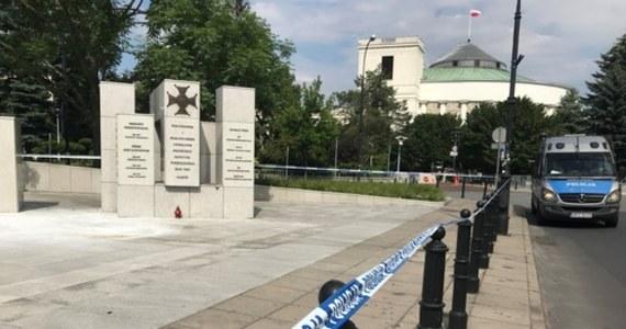 Mężczyzna podpalił się przed Sejmem. Około 13:30 ugasili go policjanci, patrolujący okolice parlamentu. W akcji ratunkowej pomagali świadkowie zdarzenia. Poszkodowany został przekazany zespołowi karetki.