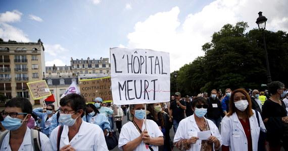 Pracownicy służby zdrowia zorganizowali we wtorek protesty w kilku francuskich miastach. Podczas wieców związki zawodowe domagały się podwyżek płac, końca polityki zamykania oddziałów i likwidacji łóżek szpitalnych oraz obiecanego przez rząd wsparcia i reform.