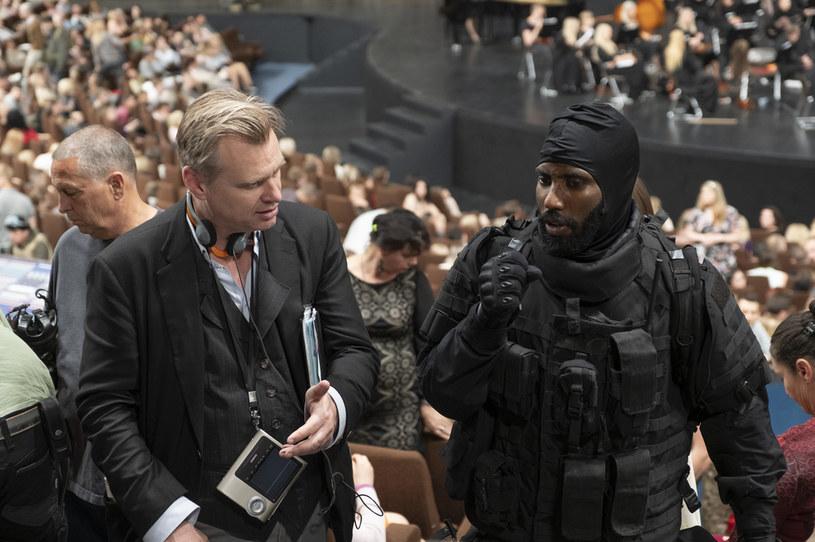 """Nic nie wyszło z planów pokazania w kinach jeszcze w lipcu najnowszego filmu Christophera Nolana """"Tenet"""". Nakręcone za 200 milionów dolarów widowisko szpiegowskie miało sprawić, że po wybuchu pandemii Covid-19 widzowie ponownie zapełnią sale kinowe. To wciąż możliwe, ale na pewno nie w lipcu. Nową datą premiery """"Tenet"""" jest środa, 12 sierpnia."""