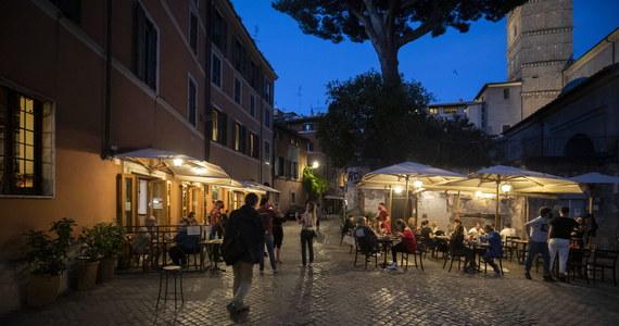 25 turystów z Niemiec i Szwajcarii, którzy przylecieli na Baleary bez odpowiedniego zezwolenia zostało odesłanych do swoich krajów - przekazały hiszpańskie władze. Portugalia informuje o 16 infekcjach wśród uczestników nielegalnej imprezy.