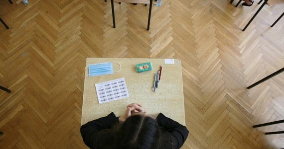Matura 2020 z chemii. W środę o godzinie 9:00 maturzyści rozpoczęli rozszerzony egzamin z chemii. Na RMF24.pl publikujemy arkusz zadań z dzisiejszego testu. Znajdziecie u nas również odpowiedzi opracowane przez ekspertów dla portalu Interia.pl.