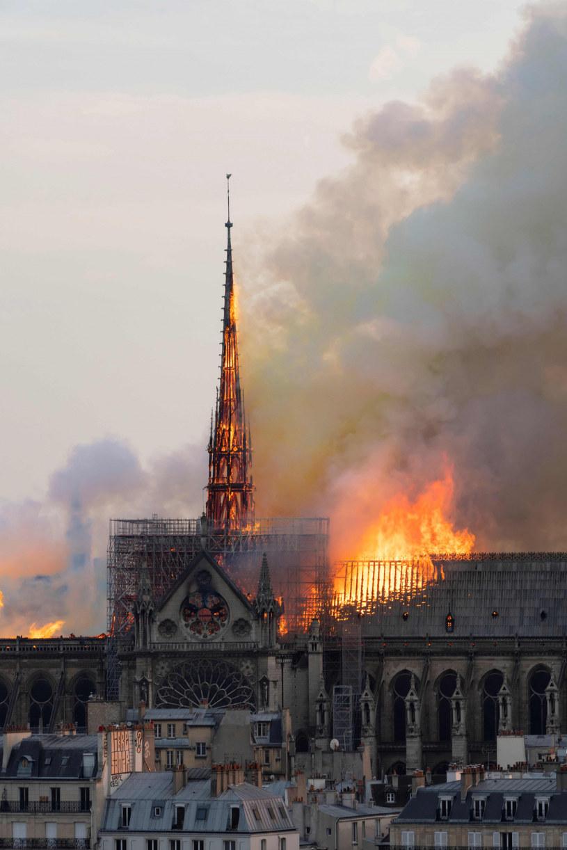 """Jeden z najsłynniejszych i najbardziej rozpoznawalnych symboli Paryża, czyli katedra Notre-Dame, spłonęła 15 kwietnia 2019 roku. O dramatycznych wydarzeniach sprzed ponad roku opowie film """"Notre Dame on Fire"""", do którego przymierza się Jean-Jacques Annaud."""