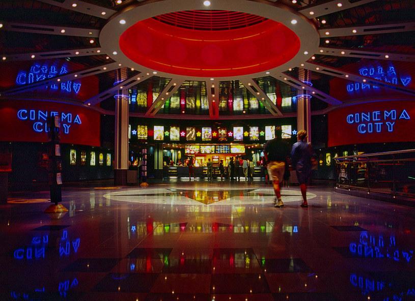 Widzowie nie będą mogli wybrać się do kin sieci Cinema City w najbliższy piątek, 3 lipca. Pomimo zapowiedzi, kina pozostaną zamknięte. Multikino ruszyło 19 czerwca, ale nie w całej Polsce, a Helios ma wznowić działalność właśnie 3 lipca.