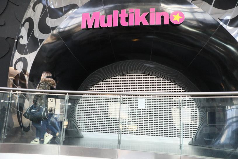 W piątek, 19 czerwca, w wybranych kinach sieci Multikino odbędą się pierwsze seanse filmowe. Przyjemny i bezproblemowy udział w projekcji filmów zapewni przygotowane zaplecze sanitarne. Widzowie będą mogli zobaczyć na wielkim ekranie premiery filmowe, produkcje, które były w repertuarze na początku 2020 roku oraz hity ostatnich lat.