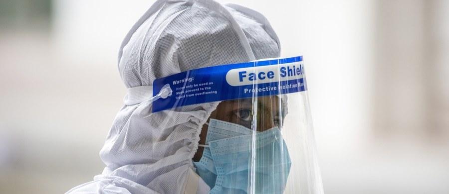 31 015 potwierdzonych zakażeń i 1 316 ofiar śmiertelnych: to aktualny bilans pandemii koronawirusa w Polsce. Resort zdrowia poinformował w czwartek o 314 nowych zakażeniach i śmierci aż 30 chorych. Chiny poinformowały, że nowe ognisko Covid-19 w Pekinie jest już pod kontrolą. Węgry z kolei - gdzie trzeci dzień z rzędu stwierdzono tylko jedno nowe zakażenie - zniosły w czwartek stan zagrożenia. Uniwersytet Hopkinsa poinformował, że na całym świecie na Covid-19 zmarło ponad 450 tys. osób.