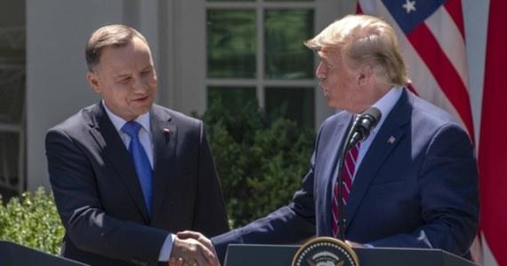 """Przewodniczący komisji spraw zagranicznych Izby Reprezentantów Kongresu USA Eliot L. Engel wezwał prezydenta Donalda Trumpa, """"aby natychmiast odwołał spotkanie z prezydentem Andrzejem Dudą"""". Jak stwierdził w oświadczeniu: zaproszenie Trumpa dla Dudy """"jest kolejnym przykładem jego zauroczenia przywódcami, którzy pokazali tendencje autokratyczne"""". Równocześnie polityk podkreślił, że """"Polska jest bliskim i cenionym sojusznikiem USA""""."""