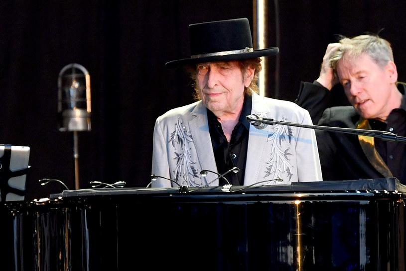 """""""Rough And Rowdy Ways"""" to 39. album w dorobku tego artysty, ale pierwszy po 8 latach przerwy. W wywiadzie udzielonym z tej okazji Douglasowi Brinkleyowi z """"The New York Times"""" 79-letni Dylan powiedział, że sporo ostatnio rozmyśla o śmierci. Nie tyle o własnej czy kogoś bliskiego, ale o zagładzie całego rodzaju ludzkiego."""