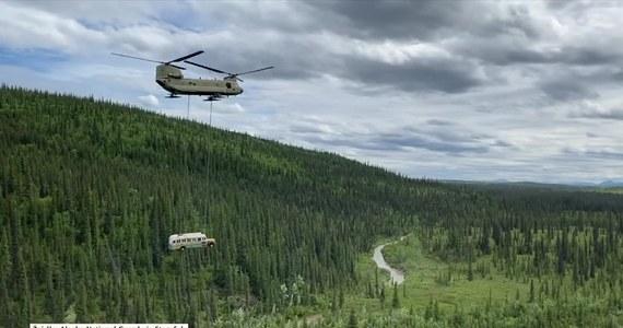 """Wrak autobusu znanego z książki, a następnie z filmu """"Wszystko za życie"""" został usunięty z Parku Narodowego Denali w USA 18 czerwca. Wszystko z powodów bezpieczeństwa. Miejsce, gdzie podróżnik Christopher McCandless zmarł z głodu w 1992 przyciągało wielu żądnych wrażeń turystów. Jeszcze w tym roku służby musiały ratować stamtąd 5 Włochów, a w 2019 roku utonęła kobieta, próbując dostać się do autobusu. Akcję z udziałem helikoptera udało się przeprowadzić z sukcesem. Rozważane są inne miejsca na stałą ekspozycję pamiątki."""