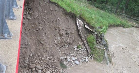 Rosną poziomy wód w rzekach województwa śląskiego. To skutki intensywnych opadów deszczu w tym rejonie. W ciągu całej piątkowej doby strażacy w woj. śląskim wykonali blisko 300 interwencji.