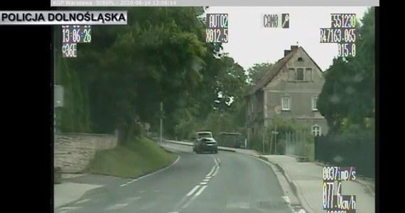 Policjanci ze Złotoryi zatrzymali 20-letniego kierowcę, który próbował uniknąć kontroli drogowej. Okazało się, że mężczyzna miał zakaz prowadzenia pojazdów mechanicznych.