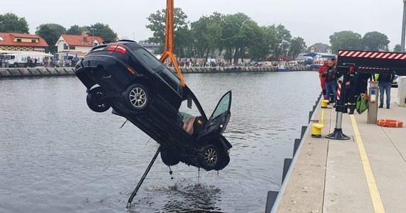 Samochód wjechał do kanału portowego w Mrzeżynie (Zachodniopomorskie) - poinformował w sobotę rzecznik komendanta wojewódzkiego PSP. Z auta wydobyto mężczyznę, niestety reanimacja nie przyniosła skutku.