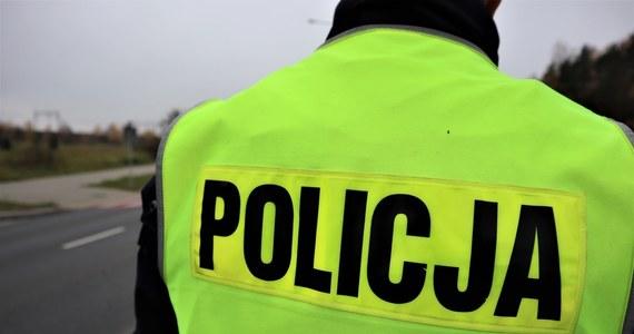 Pobicie policjanta w Raszówce niedaleko Lubina na Dolnym Śląsku. Mężczyzna trafił do szpitala. Dwóch napastników jest zatrzymanych i czeka na przesłuchanie.