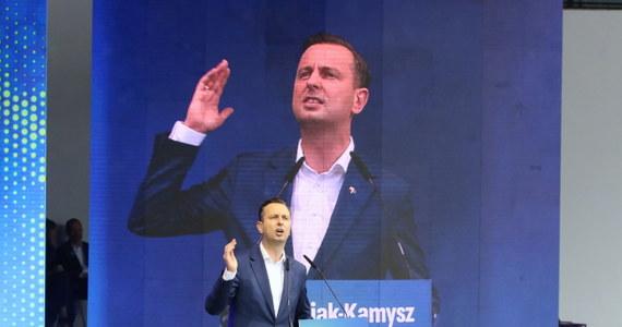 """""""Żeby ułatwić życie konsumentom w najbliższym tygodniu, wspólnie z Klubem Koalicja Polska przedstawimy projekt obniżki VAT z 23 proc. do 15 proc., z 8 proc. do 5 proc."""" – zapowiedział w Opolu lider Polskiego Stronnictwa Ludowego i kandydat tej partii na prezydenta – Władysław Kosiniak-Kamysz. """"Musi być natychmiast obniżony VAT, bo to jest zostawienie pieniędzy Polaków w ich portfelach. I to jest sprawiedliwe państwo"""" – tłumaczył."""