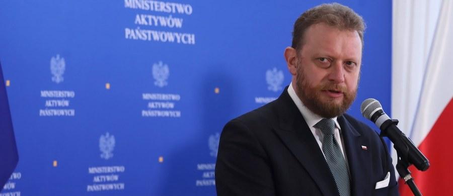 """""""Nie jestem dzieckiem, jestem osobą odpowiedzialną, która wie, z jakich obowiązków musi się wywiązać"""" - stwierdził w wywiadzie dla Polskiej Agencji Prasowej minister zdrowia Łukasz Szumowski pytany o to, czy rozważa odejście z resortu. """"Nie będą rzucał kwitami. Jednak mam dość, gdy atakuje się moją rodzinę, współpracowników i bruka moje nazwisko"""" - dodał. """"Bronią mnie efekty mojej pracy"""" - ocenił Szumowski."""
