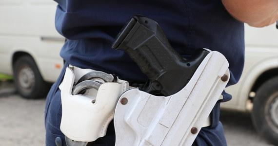 Użycie broni podczas interwencji w Żyrardowie było zasadne - takie, jak dowiedział się reporter RMF FM - są wstępne ustalenia wewnętrznego postępowania w policji. W miniony czwartek funkcjonariusz śmiertelnie postrzelił kobietę, która zaatakowała go nożem.