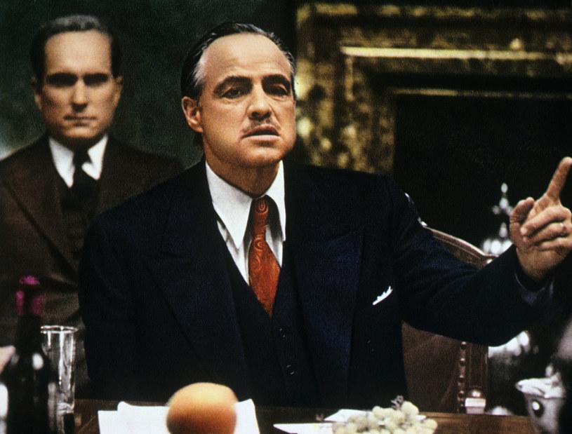 """Trylogia """"Ojciec chrzestny"""" Francisa Forda Coppoli niespodziewanie wyrasta na jeden z najgorętszych tematów filmowych początku grudnia. To wszystko za sprawą premiery nowej wersji trzeciej części tego cyklu, a także informacji o dwóch powstających produkcjach opowiadających o historii tworzenia """"Ojca chrzestnego"""". A teraz okazuje się, że w przyszłości może powstać kolejna części serii, film """"Ojciec chrzestny IV"""". Nie wyklucza tego wytwórnia Paramount."""