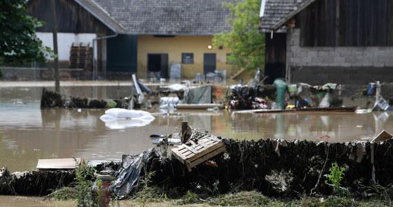 Liczenie strat i sprzątanie, ale także obawy o pogodę – tak wygląda poniedziałek w Łapanowie. W niedzielę po nocnych ulewach wezbrana woda przelała wał przeciwpowodziowy na rzece Stradomka. Rozlała się po miejscowości i na okoliczne pola - niektóre niżej położone budynki zalane zostały nawet na wysokość dwóch metrów. Podtopionych zostało ponad 70 gospodarstw. Władza o nas zapomniała, od 10 lat nie zrobiono nic, by zapobiegać powodziom - mówią mieszkańcy.
