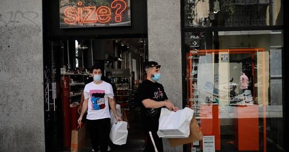 Apeluję do właścicieli sklepów o to, by nie wpuszczać ludzi bez maseczek - powiedział rzecznik Ministerstwa Zdrowia Wojciech Andrusiewicz. Jeżeli wchodzimy do sklepu bez maseczki, to jest to nasz egoizm, który naraża na możliwość zakażenia inne osoby - podkreślił.