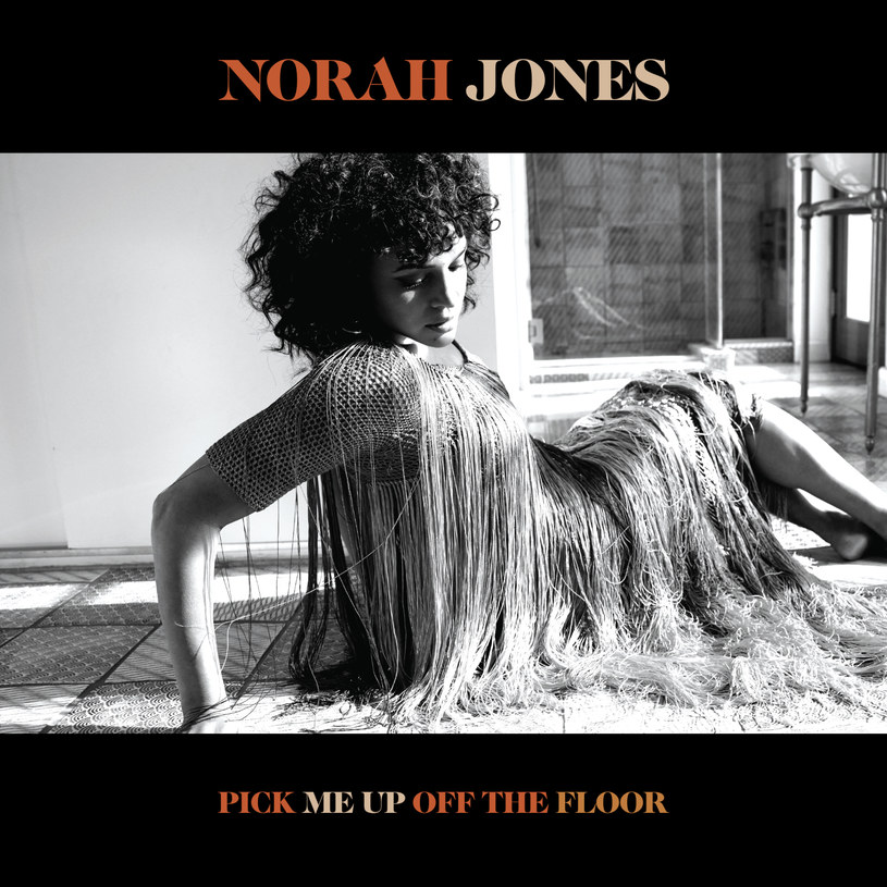 """Po mniejszych i większych wojażach stylistycznych, na poprzedniej płycie/kompilacji singli - """"Begin Again"""" - Norah Jones powróciła do bluesowych i jazzujących snujów, jakimi czarowała u początku kariery. Nowy album podąża dalej tym właśnie torem."""