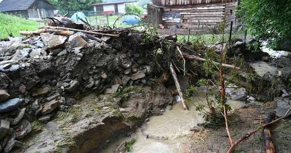 IMGW wydało ostrzeżenia hydrologiczne trzeciego stopnia dla południowych powiatów Małopolski i Podkarpacia. Oznacza ono wezbranie wód z przekroczeniem stanów alarmowych. Dla reszty województw małopolskiego i podkarpackiego oraz dla województwa śląskiego wydano ostrzeżenie drugiego stopnia.