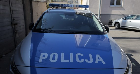 Prokuratura Okręgowa w Płocku prowadzi śledztwo w sprawie usiłowania zabójstwa 39-latka z Żyrardowa przez partnerkę. Agresywna kobieta zaatakowała mężczyznę nożem, a następnie wybiegła z mieszkania, stwarzając zagrożenie dla innych. Została śmiertelnie postrzelona przez policjanta.