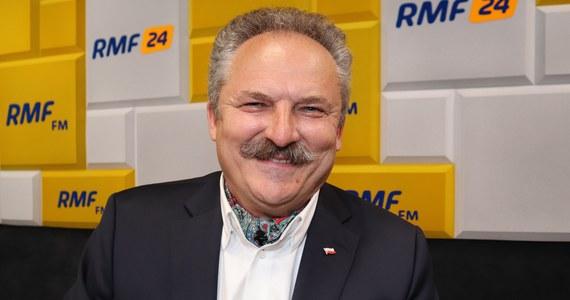 """Współpłacenie za wizyty u lekarza to dobry pomysł, nawet jeżeli mielibyśmy 5-10 zł dopłacać. Może wtedy zmniejszyłyby się kolejki do lekarzy, bo poziom hipochondryków w Polsce jest dość poważny – mówił w Popołudniowej rozmowie w RMF FM kandydat w wyborach na prezydenta Marek Jakubiak. Zaznaczył, że nie chodzi mu o odpłatność za lecznictwo szpitalne czy długoterminowe. """"Tu chodzi o to, żeby odciążyć lekarzy od tzw. bólu paluszka"""" – powiedział."""