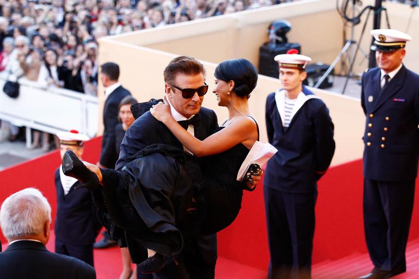 Do zdarzenia doszło w 2012 r. podczas festiwalu w Cannes. Alec Baldwin wziął wtedy na ręce swoją żonę i przeniósł ją po czerwonym dywanie, za co dostał brawa od fotoreporterów i oglądających tę scenę. Teraz aktor przyznał, że tamten popis galanterii zakończył się dla niego bardzo nieprzyjemnie – musiał poddać się operacji biodra.