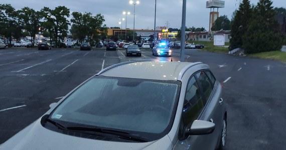 Policjanci z łódzkiej drogówki udaremnili nielegalne wyścigi kierowców kilkudziesięciu aut, którzy zebrali się w ostatni weekend na parkingu jednego z centrów handlowych w mieście. Posypały się mandaty.