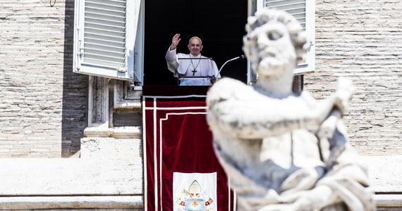"""""""Jesteście bohaterami, bo nie schowaliście się pod łóżko i poszliście walczyć""""- powiedział papież Franciszek pracownikom służby zdrowia z Pesaro we Włoszech, do których zadzwonił w poniedziałek w odpowiedzi na list, jaki dostał od tamtejszej pielęgniarki."""