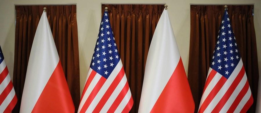 """Blisko 60 proc. Polaków popiera zwiększenie obecności wojskowej Stanów Zjednoczonych w Polsce - wynika z najnowszego sondażu United Survey dla RMF FM i """"Dziennika Gazety Prawnej"""". Nieco ponad 30 proc. respondentów jest przeciwnego zdania. Uczestników badania zapytano również o to, przez kogo powinien być finansowany pobyt amerykańskich wojsk w Polsce."""