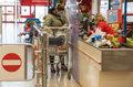 Tych klientów nie obsługujemy – minister zdrowia rozważa sankcje dla klientów bez maseczek
