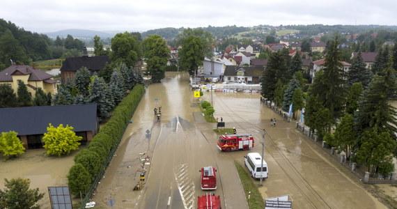 Burze i ulewne deszcze przetoczyły się w poniedziałek nad Polską. W całym kraju strażacy wyjeżdżali ponad 2 tys. razy, walcząc ze skutkami nawałnic. Większość interwencji dotyczyła wypompowywania wody z podtopionych domów, piwnic i zalanych ulic.