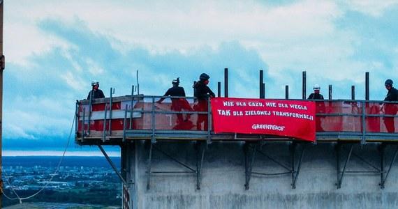 """Aktywiści Greenpeace opuścili we wtorek wieczorem ponad stumetrową betonową wieżę znajdującą się na placu budowy elektrowni Ostrołęka C. mieścili na niej transparent z hasłem """"Węgiel, gaz, kryzys klimatyczny"""". Na teren budowy weszli w nocy."""