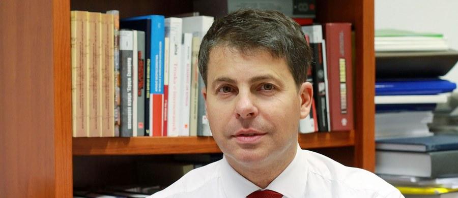 Mirosław Piotrowski to jeden z jedenastu kandydatów biorących udział w wyborach prezydenckich. Kim jest? Jakie ma doświadczenie, poglądy i propozycje programowe? W tym artykule zebraliśmy najważniejsze informacje dot. Mirosława Piotrowskiego.