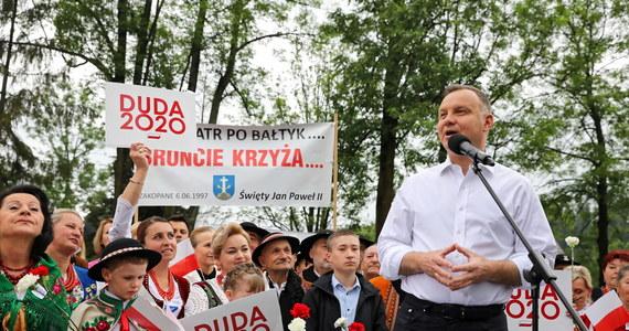 Każdy, kto podważa, że małżeństwo to związek kobiety i mężczyzny, chce łamać polską konstytucję - powiedział w Poroninie prezydent Andrzej Duda. Jego zdaniem jednoznacznie mówi o tym art. 18 konstytucji.