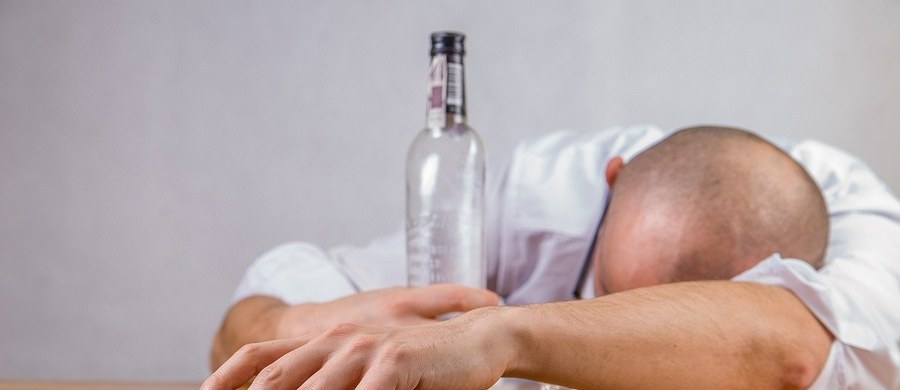 W wyniku nadużywania alkoholu dochodzi do zatrucia organizmu. Chociaż doskonale zdajemy sobie z tego sprawę, jednocześnie i tak często zdarza nam się spożyć zbyt duże ilości napojów wyskokowych. Warto jednak uświadomić sobie, że zatrucie samo w sobie ma zarówno krótkotrwałe, jak i długotrwałe skutki. Aby im zapobiec, należy przeprowadzić odtrucie po alkoholu. Wbrew pozorom sam zabieg nie musi oznaczać wyzwania ani organizacyjnego, ani finansowego. Należy jednak dowiedzieć się, na czym polega i jak wybrać firmę przeprowadzającą prywatne odtrucie alkoholowe.
