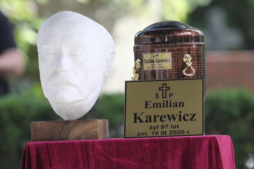 """- Był zwycięzcą; spełnionym artystą w zawodzie i szczęśliwym człowiekiem w życiu prywatnym - mówił b. prezes ZASP Krzysztof Kumor podczas pogrzebu aktora Emila Karewicza. Odtwórca m.in. ról Jagiełły w """"Krzyżakach"""" i Hermanna Brunnera w """"Stawce większej niż życie"""" spoczął we wtorek na stołecznych Powązkach Wojskowych."""