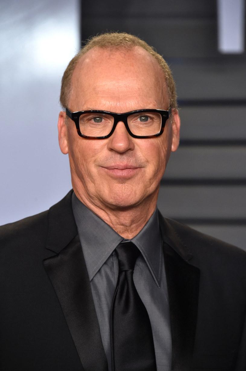 """Choć pozycja Roberta Pattinsona w powstającym filmie """"The Batman"""" Matta Reevesa pozostaje niezagrożona, fanów Człowieka-Nietoperza zelektryzowała wiadomość o tym, że słynny czarny kostium ponownie może włożyć Michael Keaton, który dwukrotnie wcielał się w rolę Batmana w filmach wyreżyserowanych przez Tima Burtona."""