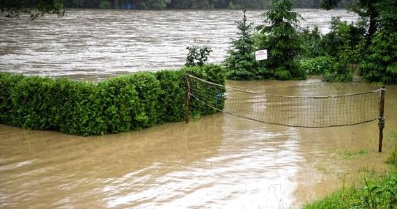 IMGW we wtorek po południu wydało ostrzeżenie pierwszego stopnia przed burzami z gradem oraz silnym deszczem i burzami. Obecnie burze i silne deszcze przechodzą przez Lubelszczyznę.