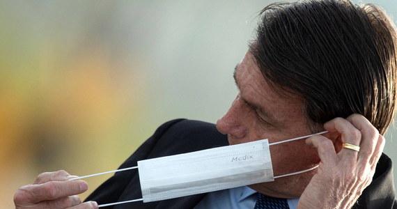 Sąd w Brazylii nakazał we wtorek prezydentowi tego kraju Jairowi Bolsonaro noszenie maseczki na twarzy w miejscach publicznych. W przeciwnym wypadku szef państwa może być ukarany grzywną w wysokości 2000 reali (387 dolarów) za każdy dzień bez zasłonięcia ust i nosa.