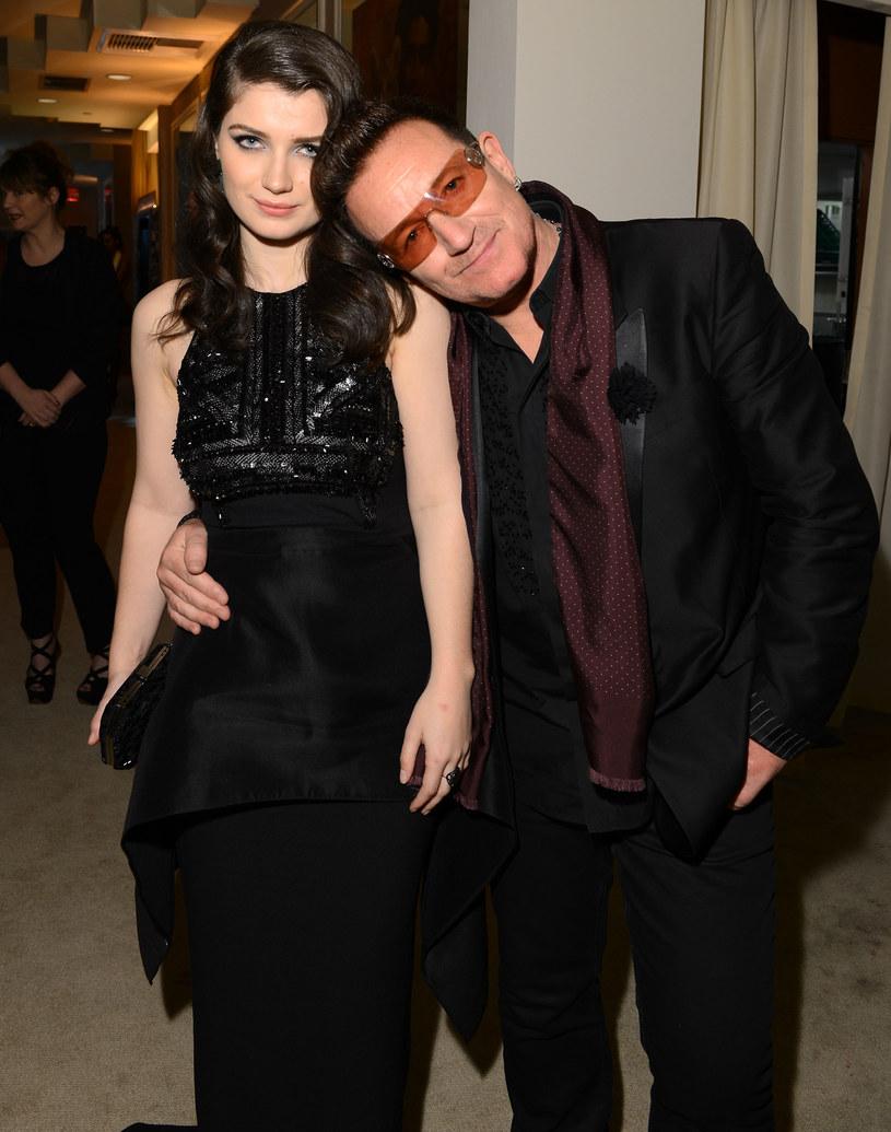 """Eve Hewson, córka słynnego irlandzkiego wokalisty i lidera zespołu U2, nie ukrywa faktu, że nazwisko i znajomości ojca otworzyły jej drzwi do kariery w branży filmowej. 28-letnia aktorka zaznacza jednak, że choć początkowo sława ojca była błogosławieństwem, z czasem stała się przekleństwem. """"Ludzie mają często wobec mnie bardzo niskie oczekiwania"""" – wyjaśniła."""