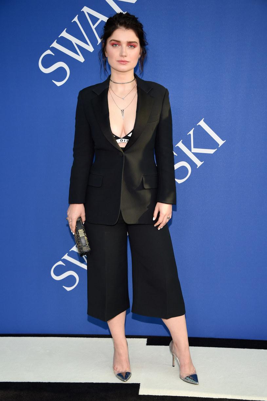 """Eve Hewson, córka słynnego irlandzkiego wokalisty i lidera zespołu U2, nie ukrywa faktu, że nazwisko i znajomości ojca otworzyły jej drzwi do kariery w branży filmowej. 28-letnia aktorka zaznacza jednak, że choć początkowo sława ojca była błogosławieństwem, z czasem stała się przekleństwem. """"Ludzie mają często wobec mnie bardzo niskie oczekiwania"""" - wyjaśniła."""