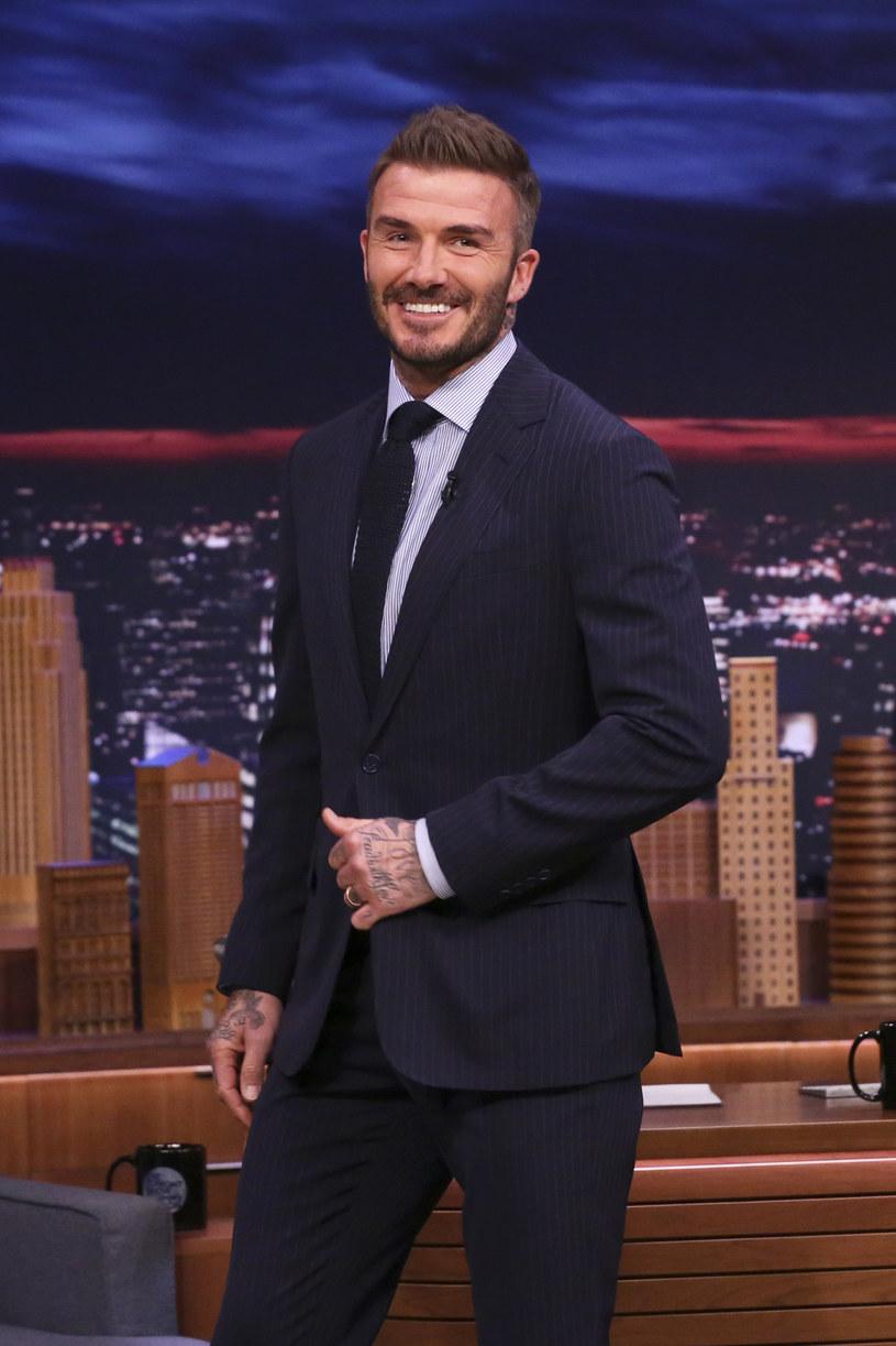 """David Beckham podpisał kontrakt z Netfliksem na serial o ich życiu, inkasując dzięki temu 16 mln funtów (ponad 82 mln zł) – informuje dziennik """"The Sun"""". Premiera produkcji planowana jest na 2022 rok. Netflix ani Beckham nie potwierdzają tych informacji."""