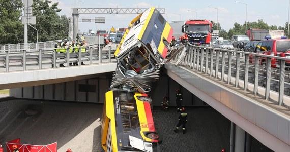 Tragiczny wypadek na Wisłostradzie w Warszawie: z wiaduktu na moście Grota-Roweckiego spadł autobus komunikacji miejskiej. Nie żyje jedna osoba, 22 zostały ranne. Stan kilku z nich jest poważny. Najbardziej prawdopodobna hipoteza dot. przyczyn wypadku mówi o zasłabnięciu kierowcy. Według nieoficjalnych ustaleń reportera RMF FM Krzysztofa Zasady, mężczyzna miał 39 stopni gorączki.