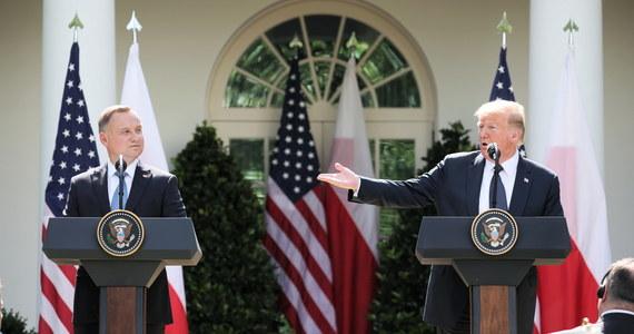 """Polska stała się ulubionym sojusznikiem USA w Unii Europejskiej - piszą hiszpańskie media po spotkaniu Andrzeja Dudy i Donalda Trumpa w Waszyngtonie. Niemieckie media skupiają się natomiast na możliwym przeniesieniu części wojsk amerykańskich z Niemiec do Polski. W ocenie francuskiego """"Le Monde"""" prezydent nie osiągnął w Waszyngtonie oczekiwanych rezultatów."""